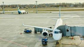Boryspil, Ucrânia Manipulação à terra dos aviões Fotografia de Stock