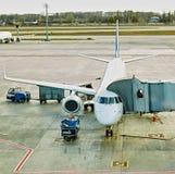 Boryspil, Ucraina Assistenza a terra degli aerei Fotografie Stock Libere da Diritti