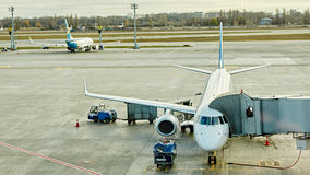 Boryspil, Ucraina Assistenza a terra degli aerei Fotografia Stock