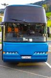 Boryspil, Ucrania - 1 de mayo de 2017: Autobús azul en el aeropuerto internacional de Boryspil Imágenes de archivo libres de regalías
