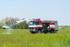 BORYSPIL, UCRANIA - MAYO, 20, 2015: Fuego-brigada encendido Foto de archivo libre de regalías