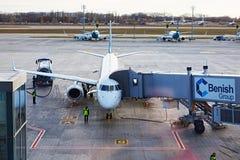 Boryspil, Ukraine Assistance en escale d'avions Photos stock