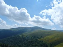 Borzhava bergskedja av de ukrainska Carpathiansna i den Transcarpathian regionen ukraine Sommar 2016 Royaltyfri Fotografi