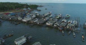 Bosättning av fiskare på vattnet stock video