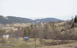 Bosättning i dalen av Carpathian berg. Arkivfoton
