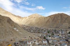 Bosättning i en härlig dal av det Himalayan berget i Leh, HDR Arkivfoto