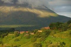 Bosättning som är längst ner av den Arenal vulkan, Costa Rica Arkivbild