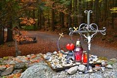 Bos in de herfst - kruis in het bos Royalty-vrije Stock Afbeelding