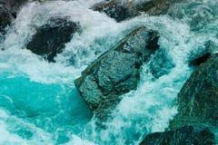 Bos de rivierstromen van de pijnboomboom door de rotsen Mooie powerf Stock Foto's