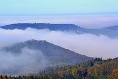 Bos een dorp in wolken Royalty-vrije Stock Fotografie