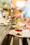 Bos fruitdessert bij het dienen van dienbladcafetaria Royalty-vrije Stock Afbeeldingen