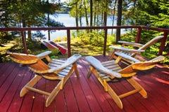 Bos plattelandshuisjedek en stoelen Royalty-vrije Stock Fotografie