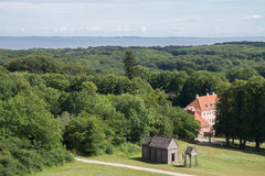 Bos rond Moesgaard-Herenhuis met oude de staafkerk van Viking, Aarhus, Denemarken Stock Afbeelding