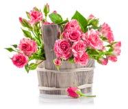 Bos roze rozen in houten emmer royalty-vrije stock afbeelding