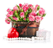 Bos roze rozen met gift aan de valentijnskaart van dagheilige Stock Fotografie