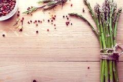 Bos van asperge met kruiden Stock Foto's