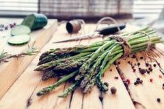 Bos van asperge met kruiden en komkommer Royalty-vrije Stock Fotografie