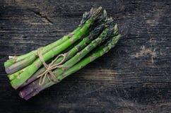 bos van asperge met streng wordt gebonden die royalty-vrije stock fotografie