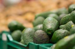 Bos van avocadofruit op dozen in supermarkt Stock Afbeeldingen