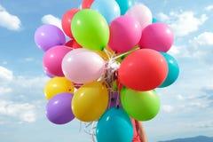 Bos van ballons door een mens worden gehouden openluchtdie Stock Afbeelding