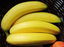 Bos van bananen in rieten mand Stock Foto's