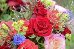 Bos van bloemen met rozen Royalty-vrije Stock Afbeeldingen