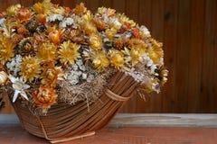 Bos van droge bloemen in mand Royalty-vrije Stock Foto's