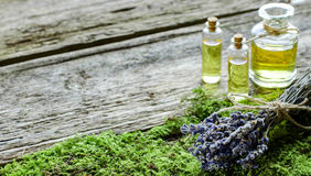 Bos van droge lavendel en fles met aromatische olie Stock Afbeeldingen