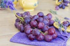 Bos van druiven klaar te eten stock foto's