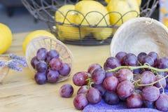 Bos van druiven klaar te eten stock afbeeldingen