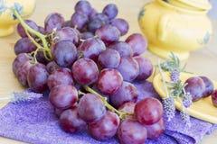 Bos van druiven klaar te eten royalty-vrije stock afbeelding