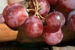 Bos van druiven op een houten lijst stock foto's
