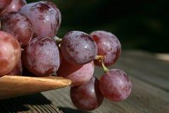 Bos van druiven op een houten lijst royalty-vrije stock afbeelding