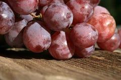 Bos van druiven op een houten lijst oud, buitenhuis royalty-vrije stock foto