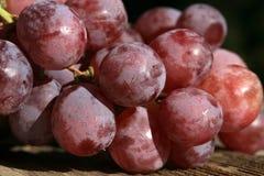 Bos van druiven op een houten lijst oud, buitenhuis royalty-vrije stock foto's