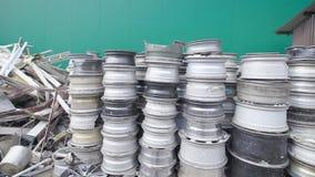 Bos van gerecycleerde metaal en randen die door de fabriek liggen stock videobeelden