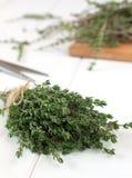 Bos van geurige thyme op witte houten lijst Stock Foto