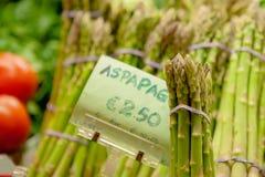 Bos van groen ruw asperge plantaardig voedsel bij de marktkraam royalty-vrije stock afbeeldingen