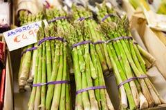 Bos van groen ruw asperge plantaardig voedsel bij de marktkraam stock fotografie