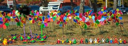 Bos van het kleurrijke speelgoed van de kinderenwindmolen op een gebied stock afbeeldingen