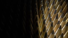 Bos van identieke grafietpotloden in omwenteling op zwarte achtergrond stock video