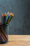 Bos van kleurenpotloden in een tribune Royalty-vrije Stock Foto