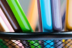 Bos van kleurenpotloden in een tribune Royalty-vrije Stock Foto's