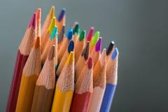 Bos van kleurenpotloden in een tribune Stock Afbeelding
