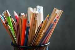 Bos van kleurenpotloden in een tribune Royalty-vrije Stock Fotografie