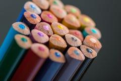 Bos van kleurenpotloden in een tribune Royalty-vrije Stock Afbeeldingen