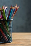 Bos van kleurenpotloden in een tribune Stock Afbeeldingen