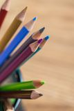 Bos van kleurenpotloden in een tribune Stock Fotografie