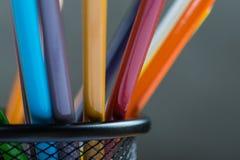 Bos van kleurenpotloden in een tribune Stock Foto's