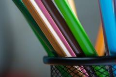Bos van kleurenpotloden in een tribune Stock Foto